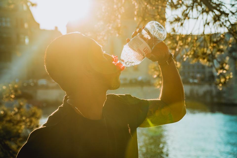 bežec pije vodu