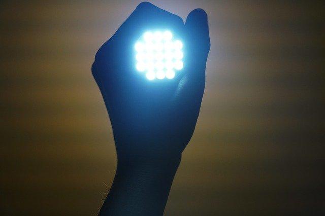 světla v ruce