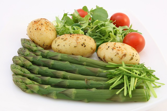 chřest, rajčata a brambory