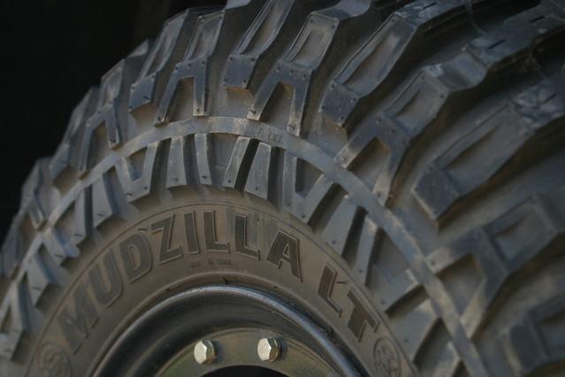 Detail na pneumatiku z terénneho auta