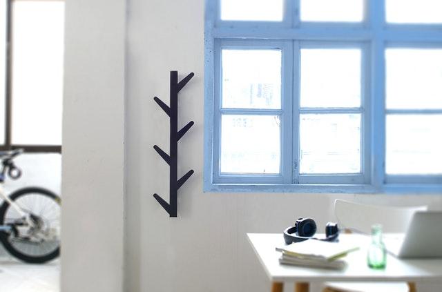 Interiér ladený do bielych farieb s oknom s modrými rámami.jpg