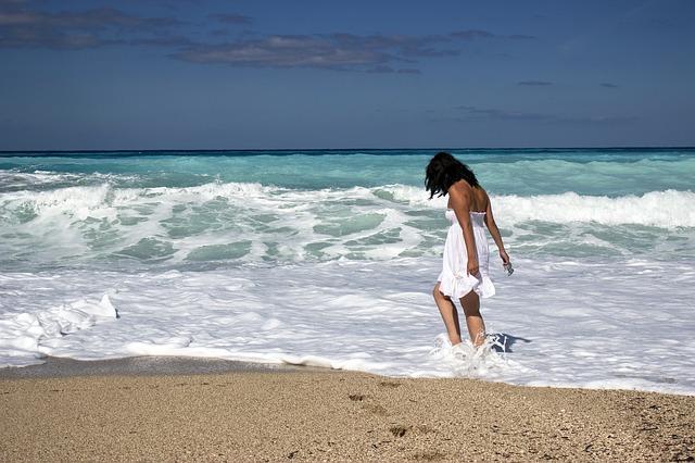 žena v mori v šatách.jpg