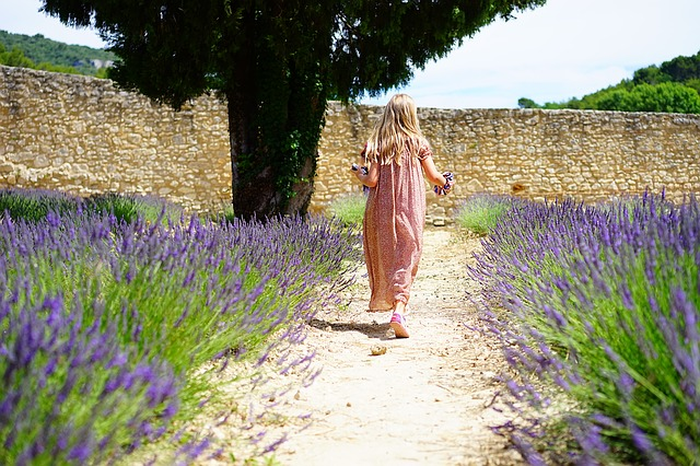 dievča záhrada kvety.jpg