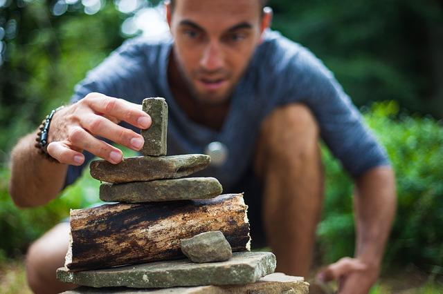 Muž sa hrá s kamienkami.jpg