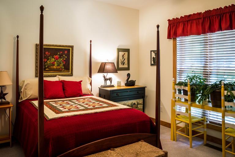 Spálňa, luxusná posteľ, červená deka