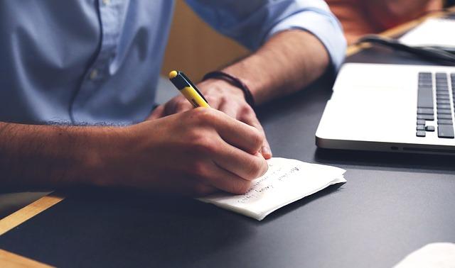 muž píše na papier.jpg