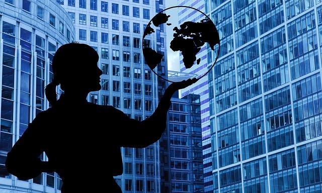 žena drží zemeguľu v ruke.jpg
