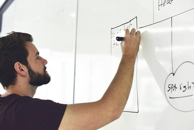 muž kreslí na tabuľu.jpg