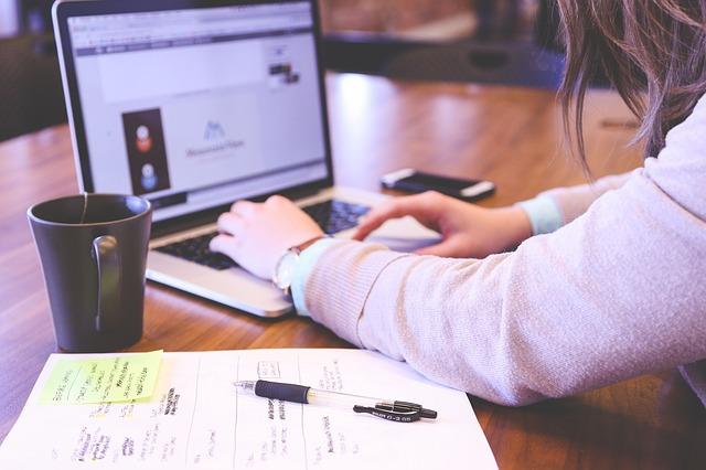 žena píše na počítači.jpg