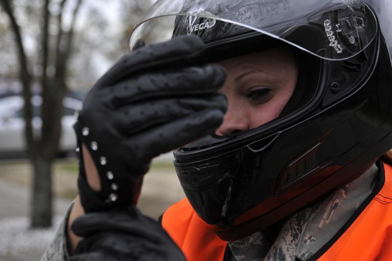 Žena s moto-prilbou na hlave