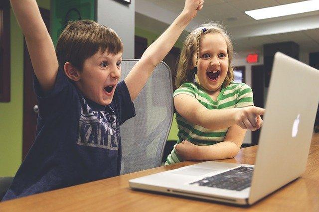 Deti pri notebooku.jpg