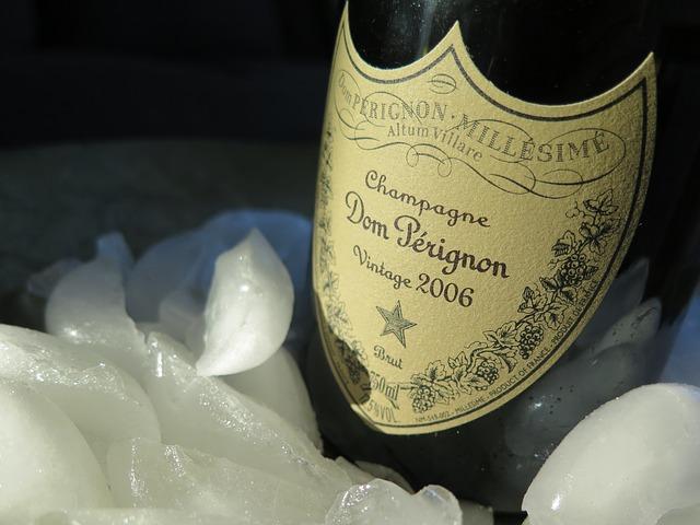 Šampanské s pôvodnou hnedou etikou v nádobe s ľadom.jpg
