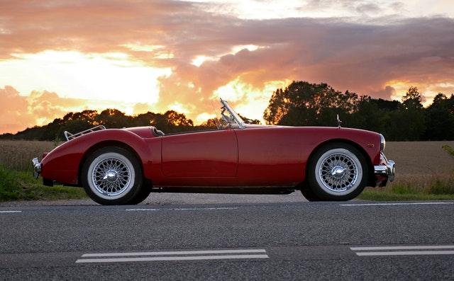 červené auto na ceste.jpg